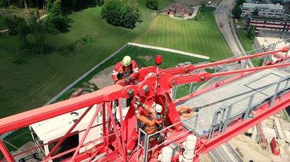 Kran-Montage in luftiger Höhe auf der Baustelle des Park Innovaare